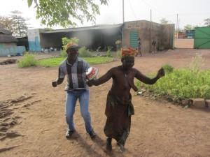 Fr. Georges exécutant une danse avec une dame du centre
