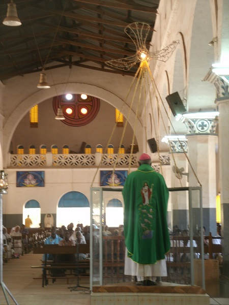 Mgr Philippe prêche dans sa cathédrale.