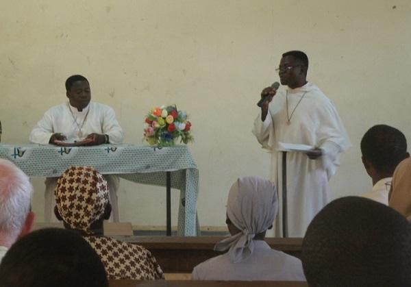 Le P. Paulin anime les échanges de la matinée de l'UCO - Ici, avec le P. Tiendrébéogo, président du conseil presbytéral