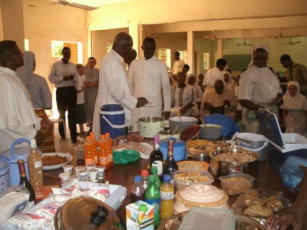 Mgr Philippe se sert à la généreuse table du repas de l'UCO