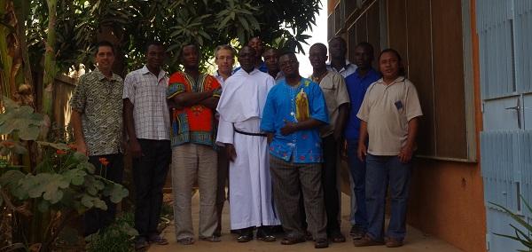 Le P. Vincent Cabanac avec la communauté de Ouaga