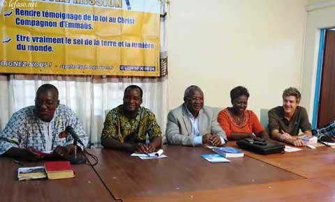 De gauche à droite : Abbé Yves Tanga, P. Jean Paul Sagadou, Armand Béouindé, Séraphine Sagnon, Louis Gueugnier