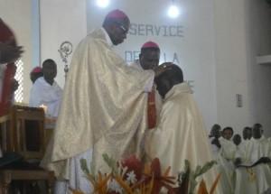 Mgr Ambroise Djoliba, impose les mains au nouvel évêque